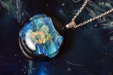"""Кулон из стекла """"Космический цветок"""" ручной работы"""