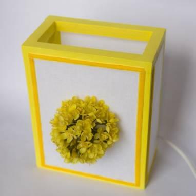 Светильник с желтым цветком ручной работы