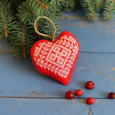 игрушка на елку в форме сердца ручной работы