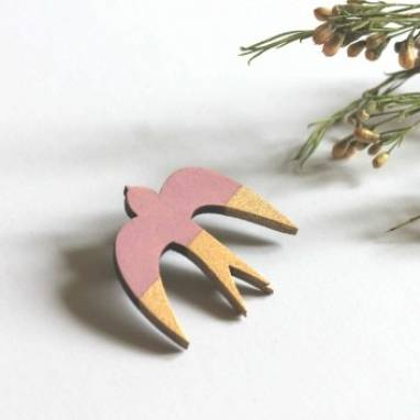 Значок деревянный Ласточка ручной работы