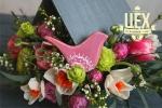 Розовая композиция в кормушке