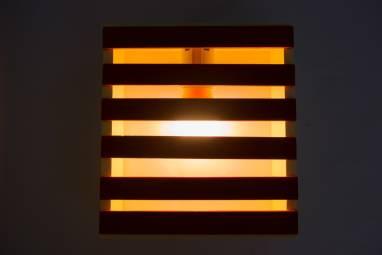 Настольный светильник из деревянных реек ручной работы