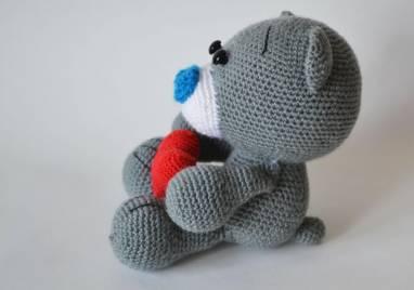 Вязаная игрушка мишка с сердцем ручной работы