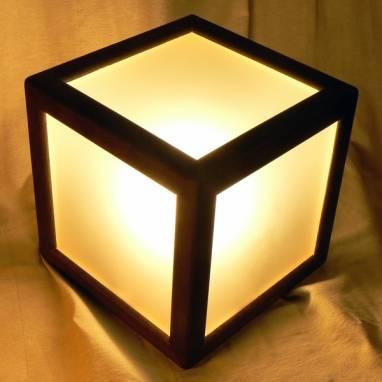 Настольный светильник куб ручной работы