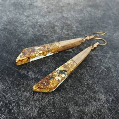 Серьги из древесины дуба с эпоксидной смолой и золотой поталью ручной работы