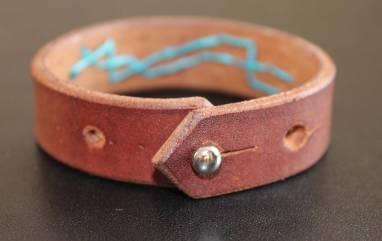 Узкий браслет из кожи  ручной работы